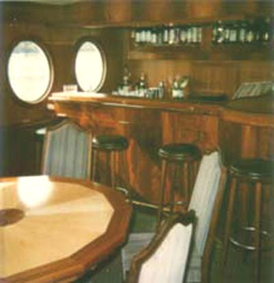 Die Bar und Captains-Table des MS Dr Ingrid Wengler in Mahagoni und Vogelaugenahorn